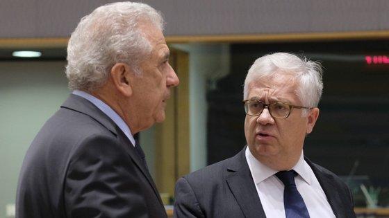 Dimitris Avramopoulos (à direita) com Eduardo Cabrita (à esquerda)
