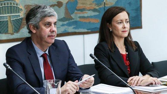 O ministro das Finanças, Mário Centeno, acompanhado pela secretária de Estado da Administração e do Emprego Público, Fátima Fonseca