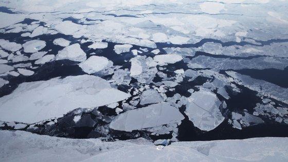 O gelo dos glaciares é produzido por várias camadas de neve compactada e cristalizada, de várias épocas e em regiões onde a acumulação de neve é superior ao degelo