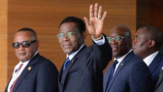 O Presidente da Guiné-Equatorial, Teodoro Obiang Nguema Mbasogo, acena à sua chegada para participar na Cimeira da CPLP
