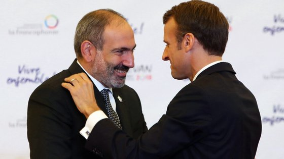 Nikol Pachinian num encontro com o presidente francês, Emmanuel Macron