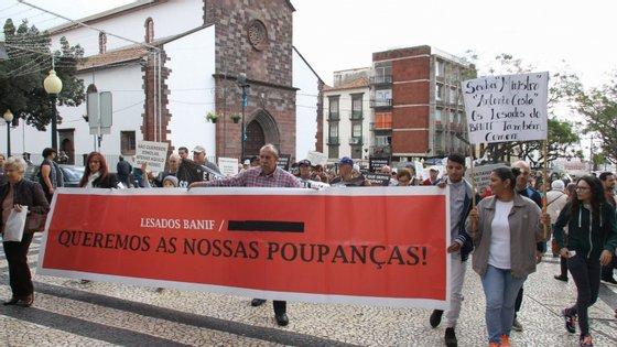 Lesados do BANIF manifestam-se durante uma marcha promovida pela Associação dos Lesados BANIF (ALBOA), que percorrendo algumas ruas da cidade, passando pelo Banco de Portugal