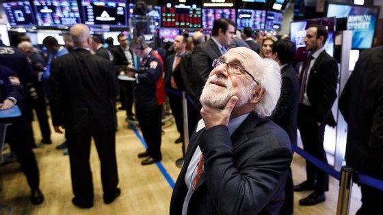 Às 15h00 (hora de Lisboa), o índice Dow Jones cedia 0,92% e o Nasdaq, dominado pelo setor tecnológico, recuava 0,30%