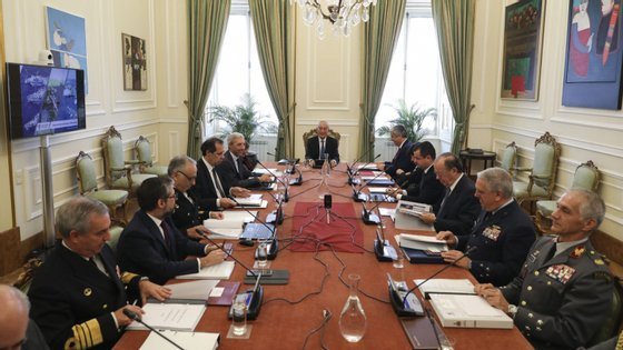 O presidente da República, Marcelo Rebelo de Sousa (C) acompanhado pelo ministro da Defesa Nacional, João Gomes Cravinho (5E) e pelo ministro das Finanças, Mário Centeno