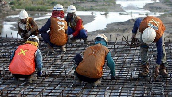 Trabalhadores constroem ponte em Dili, Timor-Leste