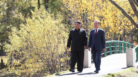 Líder norte-coreano Kim Jong-un, à esquerda, e presidente sul-coreano Moon Jae-in, à direita