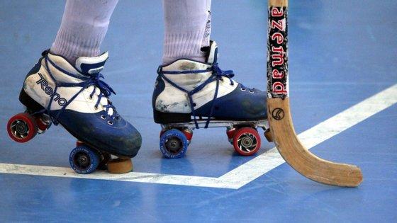 Um jogador de hóquei em patins