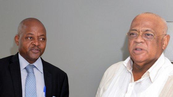 José Manteigas da Renamo conversa com Alfredo Gamito da Frelimo durante uma reunião das negociações de paz em Mocambique
