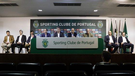 Bruno de Carvalho com alguns dos antigos vices e vogais que aguentaram o quórum da Direção até à destituição em Assembleia Geral