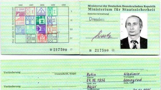 Um documento identificativo de Vladimir Putin, então espião do KGB, foi encontrado na polícia e agência secreta da República Democrata Alemã (ocupada pela União Soviética) e divulgado pelo jornal Bild