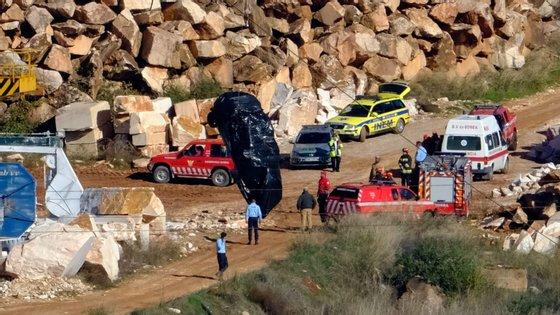 Operação de retirada do corpo da quinta vítima que caiu para dentro de uma pedreira em Borba (Évora), na sequência de um deslizamento de terra e colapso da estrada 255