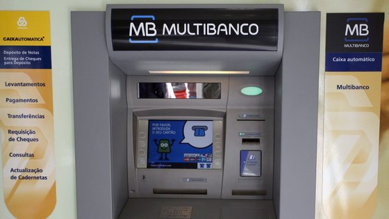 Terão sido instalados dispositivos nas caixas automáticas de multibanco para capturar dados das bandas magnéticas e códigos de acesso