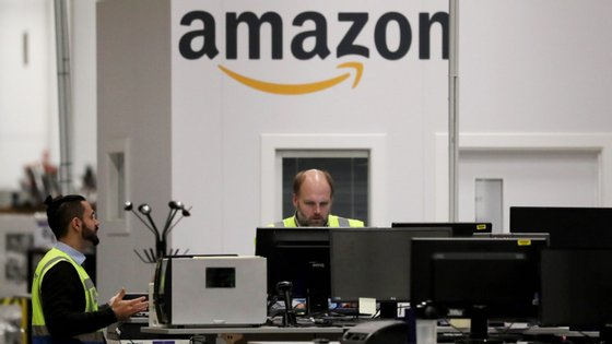 Trabalhadores num escritório da empresa Amazon, na Alemanha