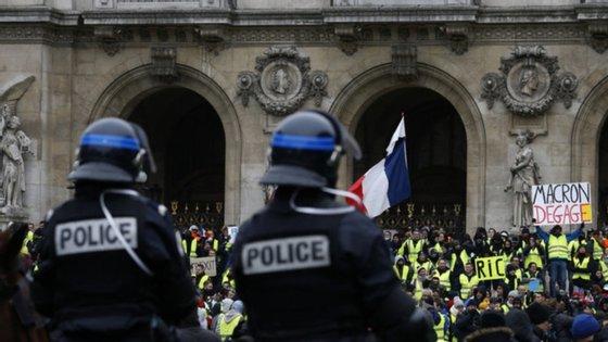 """A imagem que está a gerar polémica, onde se lê """"Macron, retira-te"""""""