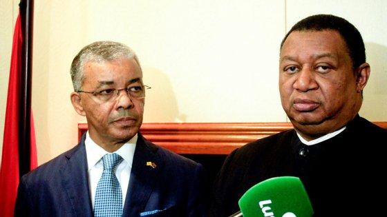O secretário-geral da OPEP - Organização dos Países Exportadores de Petróleo, Mohammad Sabusi Barkindo (D), acompanhado pelo presidente do conselho de administração da Sonangol, Carlos Saturnino (E)