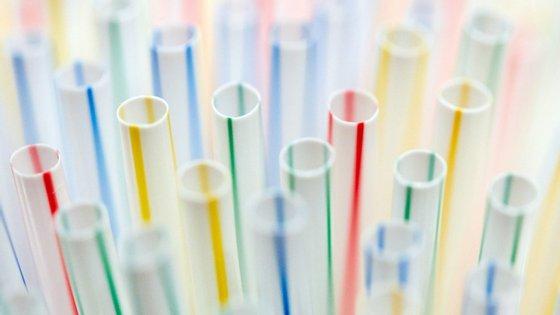 A utilização das palhinhas de plástico vai ser proibida a partir de 2021