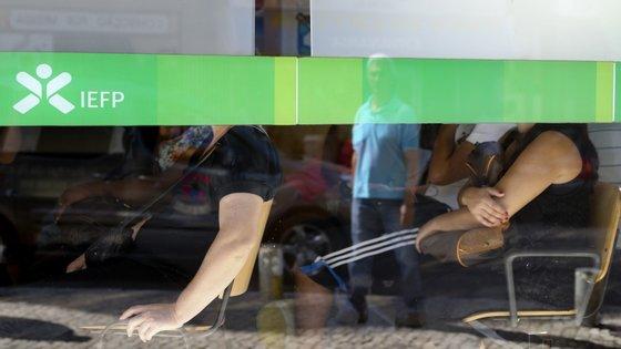 Desempregados aguardam atendimento no Centro de Emprego da Amadora
