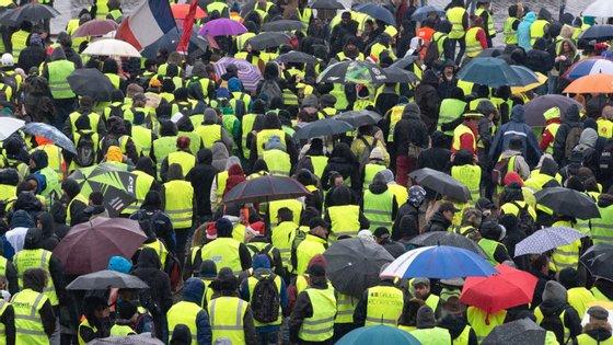 O movimento dos coletes amarelos começou em França, com manifestações violentas, e já se estendeu à Hungria e à Bélgica
