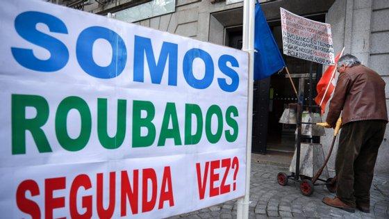Manifestação de lesados do papel comercial e lesados imigrantes do Banco Espírito Santo em frente a uma agência do Novo Banco e do Banco de Portugal