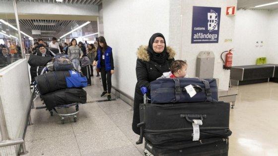As seis famílias vindas do Egito na chegada ao Aeroporto Humberto Delgado