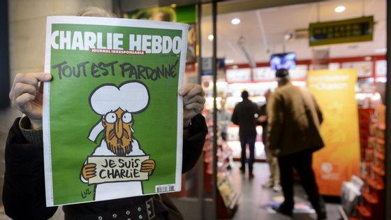 """A capa da primeira edição após o ataque com a manchete: """"Tudo é perdoado"""""""