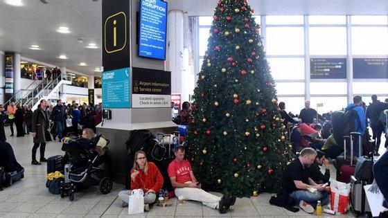 Passageiros aguardavam no aeroporto de Gatwick, em Londres, depois de os seus voos terem sido cancelados