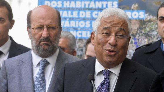 O primeiro-ministro, António Costa (à direita), acompanhado pelo ministro do Ambiente, João Pedro Matos Fernandes (à esquerda), durante uma visita ao Seixal