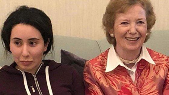 A princesa, à esquerda, com Mary Robinson, antiga presidente da Irlanda