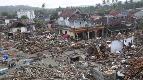 O tsunami ocorreu no sábado à noite, no Estreito de Sunda, entre as ilhas de Java e Sumatra e a zona mais afetada foi Pandeglang, na costa oeste da ilha de Java