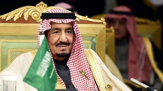 O rei Salman chefia o governo do país