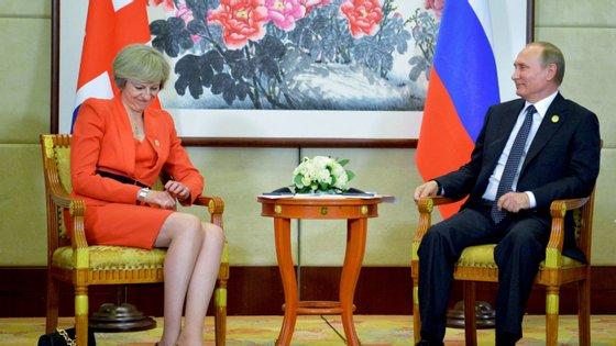 O Reino Unido de Theresa May (à esquerda) e a Rússia de Vladimir Putin (à direita) estão numa guerra mediática, com divulgação de nomes e fotografias de jornalistas que operam nos dois países