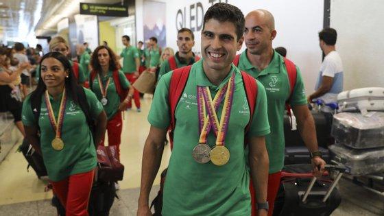 O atleta Luis Gonçalves (ao centro) durante a chegada da seleção portuguesa, que participou nos Europeus Paralímpicos de Atletismo, ao Aeroporto de Lisboa