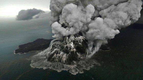 O vulcão entrou em erupção a 22 de dezembro e provocou um tsunami no dia seguinte