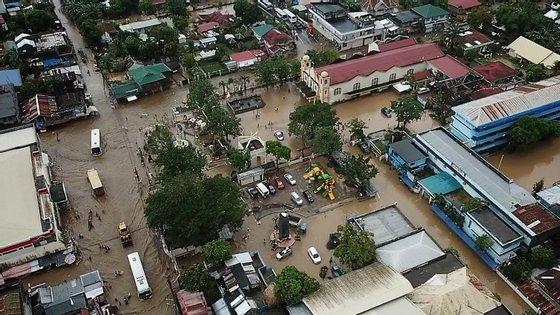 As Filipinas são atingidas todos os anos por cerca de 20 tufões, que causam centenas de mortes e agravam ainda mais a pobreza que atinge milhões de pessoas