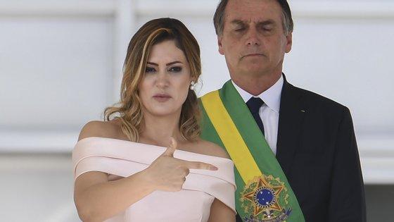 A mulher de Jair Bolsonaro tem um tio surdo, um histórico de colaborações com a comunidade brasileira com deficiências e levou o marido a fazer-se acompanhar sempre por um intérprete de língua gestual nos discursos