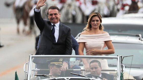 Jair e Michelle Bolsonaro deslocaram-se sempre num carro (um Rolls Royce presidencial, utilizado desde os anos 1950) aberto, saudando a população. Ele envergava um colete à prova de bala por baixo do fato