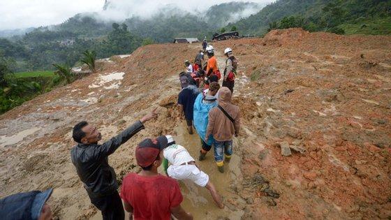 Soldados, polícias e moradores estão ainda à procura de desaparecidos na lama, em Sirnaresmi, no distrito de Sukabumi, na esperança de que possam estar ainda vivos