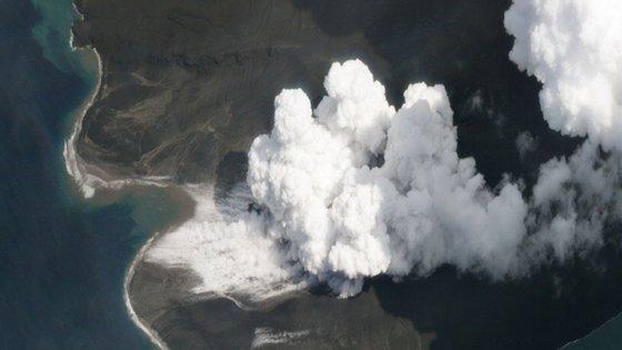 O vulcão Anak Krakatau durante a erupção. Créditos: PLANET LABS, INC; Twitter