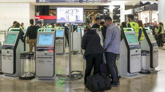 Passageiros fazem o check-in no Aeroporto Humberto Delgado