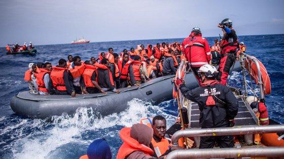 A receção dos migrantes resgatados no mar causou uma crise diplomática europeia no ano passado, após o encerramento dos portos italianos