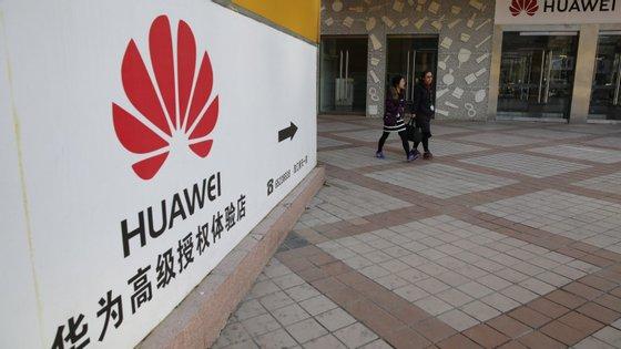 A Huawei irá despromover um dos funcionários e reduzir o seu salário, enquanto o segundo não poderá ser promovido este ano.