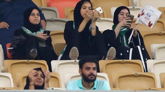O jogo entre o Al-Ahli e Al Baten da temporada passada, realizado em janeiro do ano passado, foi o primeiro que pôde ser visto por mulheres sauditas