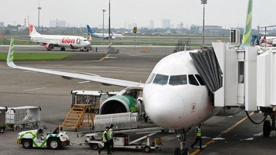 Os passageiros do avião da companhia indonésia Sriwijaya tiveram de fazer parte da viagem com os coletes salva-vidas colocados, depois de terem sido registados problemas no motor da aeronave