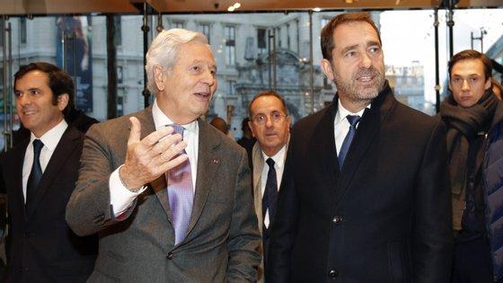 """O ministro do Interior de França, Christophe Castaner (direita), referiu-se ainda ao movimento dos 'coletes amarelos' para dizer que o governo responderá com """"ultra firmeza"""""""