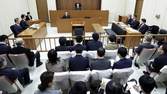 O ex-presidente da Nissan Carlos Ghosn negou perante um juiz as acusações feitas contra ele, na primeira aparição pública após a detenção em Tóquio