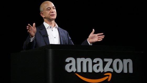 Jeff Bezos fundou a Amazon em 1994. O objetivo inicial era que se tornasse a maior livraria do mundo. Atualmente, é o maior retalhista