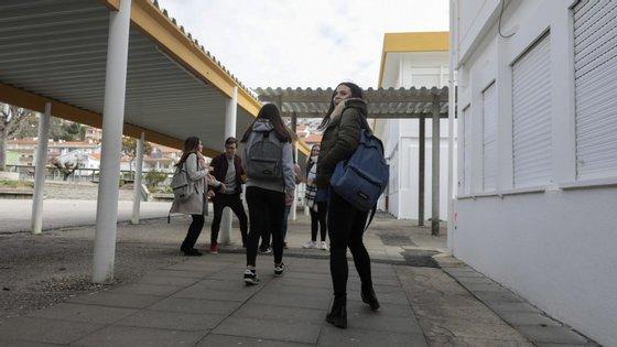Os alunos com melhores médias no exame de Português vêm de escolas secundárias situadas nos distritos de Viseu, Viana do Castelo e Santarém