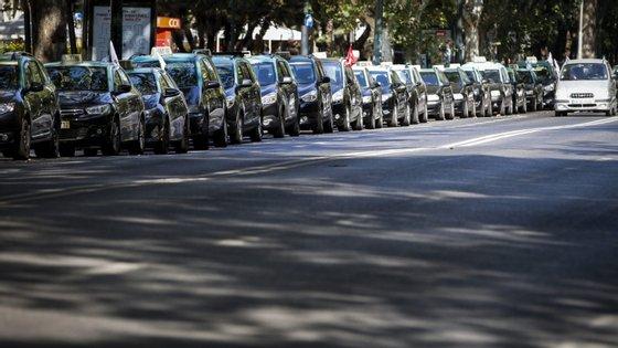 """No decreto-lei prevê-se que """"a retoma da atividade de transportes em táxi decorrente da suspensão deve ser comunicada pelo detentor da licença de táxi à câmara municipal"""""""