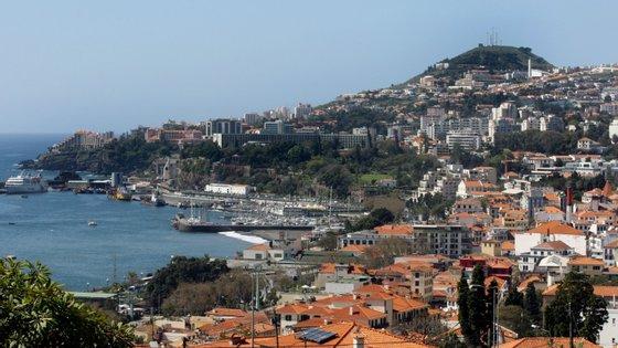 Durante o verão é possível ir de ferryboat para a ilha da Madeira