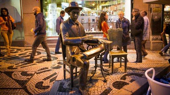 A icónica estátua de Fernando Pessoa no Chiado, em Lisboa